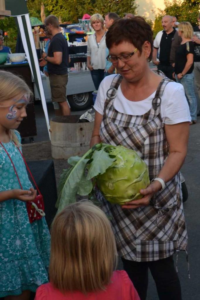 Siedlungsfest2015_Siegerin_Kohlrabischätzen
